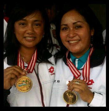 Alfrista Fitria Sari (kiri) dan Dewi Wijayanti dengan medali emas yang mereka peroleh